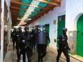 """الدار البيضاء اليوم  - الشرطة المغربية تعتقل محتجين ضد """"جواز التلقيح"""" في الرباط"""