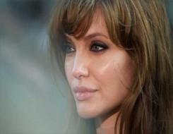 الدار البيضاء اليوم  - أنجلينا جولي تتعرض لموقف محرج على السجادة الحمراء بسبب وصلات شعر مستعار